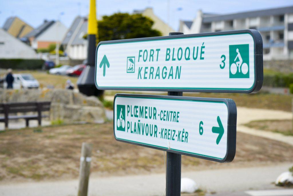 Panneaux de signalisation, voie verte du littoral à Ploemeur.