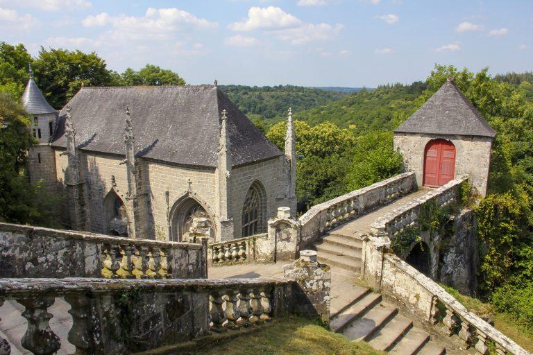 Le Faouët, site de la chapelle Sainte-Barbe et son escalier de granit monumental.