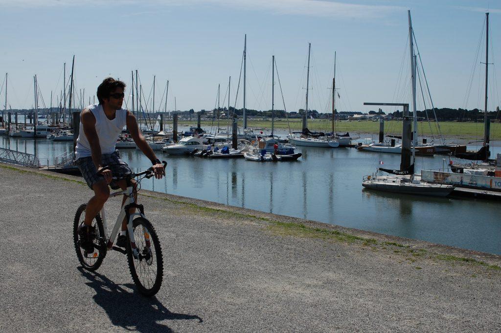 A vélo le long de la rade à Lorient La Base.