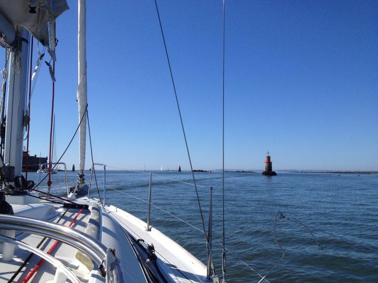 Sortie de la rade de Lorient en voilier.