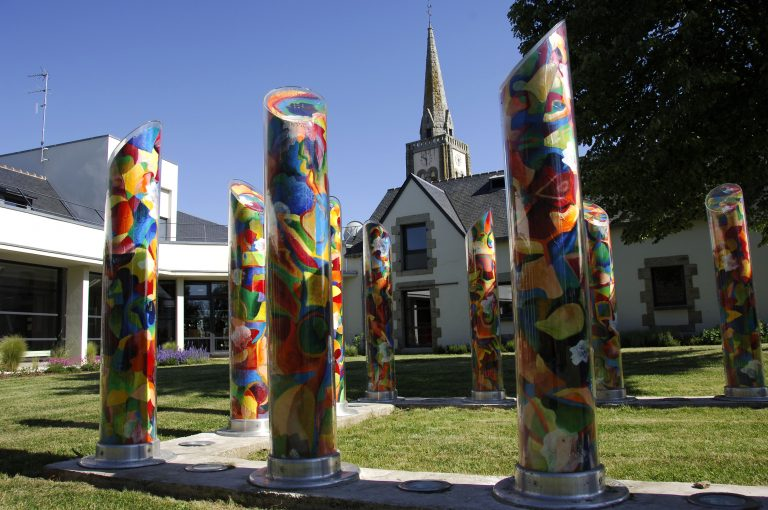 Colonnes de couleurs et clocher à Quéven