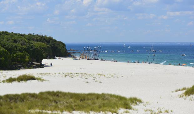 La plage des Grands Sables et l'école de voile à l'île de Groix.