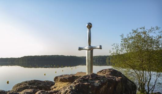 L'épée Excalibur en forêt de Brocéliande.