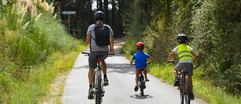 Famille à vélo sur la voie verte des Kaolins à Ploemeur..