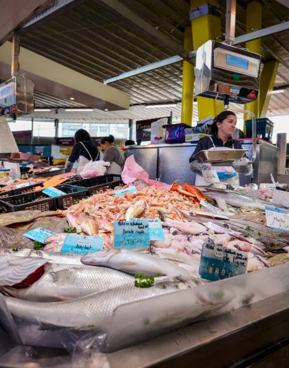 Etals de poissoniers aux Halles de Merville à Lorient.