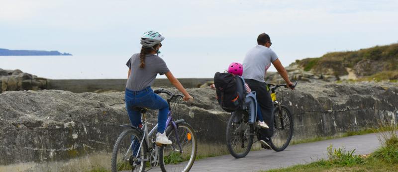 Famille à vélo sur la voie verte du Littoral, le long du mur de l'Atlantique à Ploemeur.