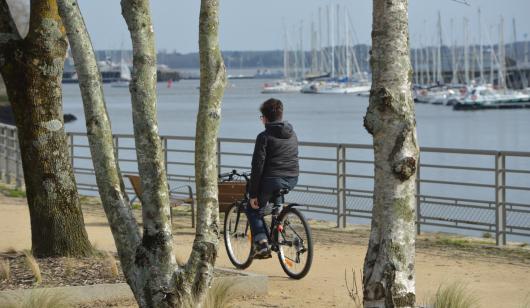 A vélo sur le quai du Péristyle à Lorient.