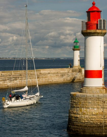 Sortie d'un voilier à Port Tudy, Ile de Groix.